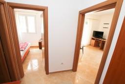 Коридор. Черногория, Герцег-Нови : Апартамент с отдельной спальней, с террасой