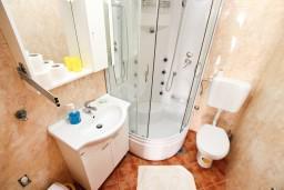 Ванная комната. Черногория, Герцег-Нови : Апартамент с отдельной спальней, с террасой