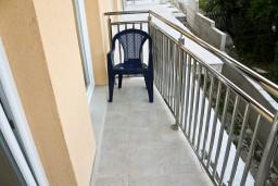 Балкон. Черногория, Герцег-Нови : Апартамент с отдельной спальней, с балконом и видом на море