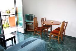 Гостиная. Черногория, Игало : Апартамент с отдельной спальней, с балконом и видом на море