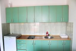 Кухня. Черногория, Игало : Апартамент с отдельной спальней, с балконом и видом на море
