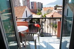 Балкон. Черногория, Игало : Апартамент с отдельной спальней, с балконом и видом на море