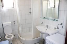 Ванная комната. Черногория, Игало : Апартамент с отдельной спальней, с балконом и видом на море