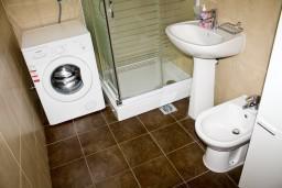 Ванная комната. Черногория, Петровац : Апартаменты с отдельной спальней, с балконом