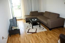 Гостиная. Черногория, Петровац : Апартаменты с отдельной спальней, с балконом