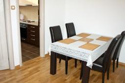 Обеденная зона. Черногория, Петровац : Апартаменты с отдельной спальней, с балконом