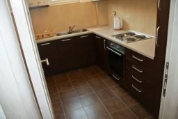 Кухня. Черногория, Петровац : Апартаменты с отдельной спальней, с балконом
