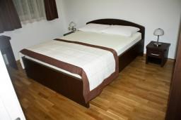 Спальня. Черногория, Петровац : Апартаменты с отдельной спальней, с балконом