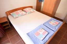 Спальня. Черногория, Петровац : Апартамент с отдельной спальней, с балконом