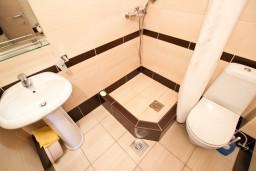 Ванная комната. Черногория, Петровац : Апартамент с отдельной спальней, с балконом