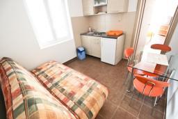 Гостиная. Черногория, Петровац : Апартамент с отдельной спальней, с балконом в 150 метрах от моря
