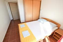 Спальня. Черногория, Петровац : Апартамент с отдельной спальней, с балконом в 150 метрах от моря
