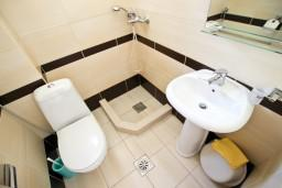 Ванная комната. Черногория, Петровац : Апартамент с отдельной спальней, с балконом в 150 метрах от моря