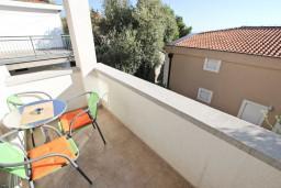Балкон. Черногория, Петровац : Апартамент с отдельной спальней, с балконом в 150 метрах от моря