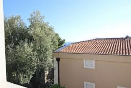 Вид на море. Черногория, Петровац : Апартамент с отдельной спальней, с балконом в 150 метрах от моря