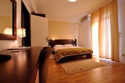 Спальня. Черногория, Петровац : Апартаменты с отдельной спальней
