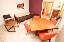 Гостиная. Черногория, Петровац : Апартаменты на 6 персон, 2 спальни, с террасой на первом этаже, 30 метров от пляжа