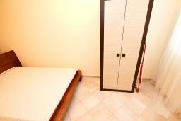 Спальня. Черногория, Петровац : Апартаменты на 6 персон, 2 спальни, с террасой на первом этаже, 30 метров от пляжа