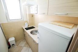 Кухня. Черногория, Петровац : Апартаменты на 6 персон, 2 спальни, с террасой на первом этаже, 30 метров от пляжа