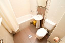 Ванная комната. Черногория, Петровац : Апартаменты на 6 персон, 2 спальни, с террасой на первом этаже, 30 метров от пляжа