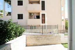 Терраса. Черногория, Петровац : Апартаменты на 6 персон, 2 спальни, с террасой на первом этаже, 30 метров от пляжа