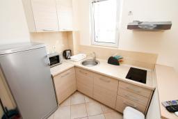 Кухня. Черногория, Петровац : Уютный апартамент в 30 метрах от моря