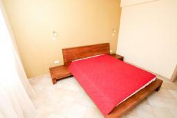 Спальня. Черногория, Петровац : Уютный апартамент в 30 метрах от моря