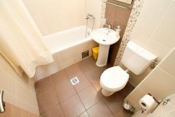 Ванная комната. Черногория, Петровац : Уютный апартамент в 30 метрах от моря