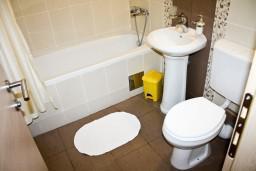 Ванная комната. Черногория, Петровац : Апартамент с террасой, 30 метров от пляжа