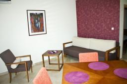 Гостиная. Черногория, Петровац : Апартамент с террасой, 30 метров от пляжа