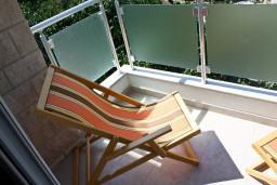 Балкон. Черногория, Петровац : Апартамент с террасой, 30 метров от пляжа