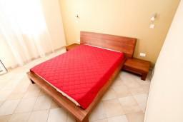 Спальня. Черногория, Петровац : Апартамент с террасой, 30 метров от пляжа