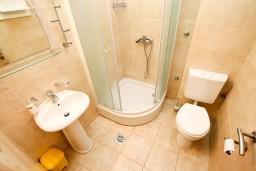 Ванная комната. Черногория, Петровац : Студия с видом на море, 30 метров от пляжа