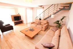 Гостиная. Черногория, Петровац : Двухэтажный люкс апартамент на 6 персон, 3 спальни, 2 ванные комнаты, с большой террасой с шикарным видом на море, 30 метров от пляжа