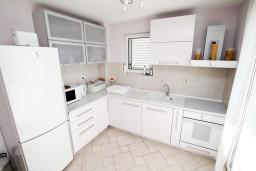 Кухня. Черногория, Петровац : Двухэтажный люкс апартамент на 6 персон, 3 спальни, 2 ванные комнаты, с большой террасой с шикарным видом на море, 30 метров от пляжа