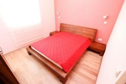 Спальня. Черногория, Петровац : Двухэтажный люкс апартамент на 6 персон, 3 спальни, 2 ванные комнаты, с большой террасой с шикарным видом на море, 30 метров от пляжа