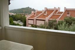 Вид. Черногория, Петровац : Апартамент с балконом в 250 метрах от моря