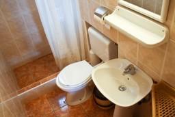 Ванная комната. Черногория, Петровац : Апартамент с балконом в 250 метрах от моря