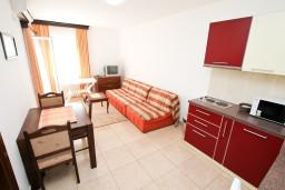 Гостиная. Черногория, Петровац : Апартаменты на 6-8 человек, 2 спальни, 2 балкона