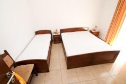 Спальня. Черногория, Петровац : Апартаменты на 6-8 человек, 2 спальни, 2 балкона