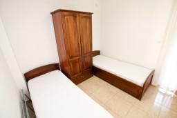 Спальня 2. Черногория, Петровац : Апартаменты на 6-8 человек, 2 спальни, 2 балкона