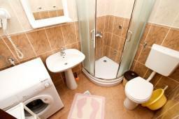 Ванная комната. Черногория, Петровац : Апартаменты на 6-8 человек, 2 спальни, 2 балкона