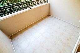 Балкон. Черногория, Петровац : Апартамент в Петроваце с отдельной спальней и оборудованной кухней