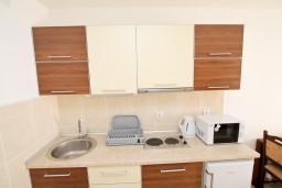 Кухня. Черногория, Петровац : Апартамент на втором этаже с балконом