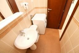 Ванная комната. Черногория, Петровац : Апартамент на втором этаже с балконом