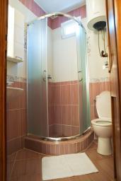 Ванная комната. Черногория, Петровац : Студия в Петроваце в 10 метрах от моря