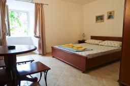 Студия (гостиная+кухня). Черногория, Петровац : Уютная студия в 10 метрах от моря