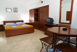 Студия (гостиная+кухня). Черногория, Петровац : Студия с балконом в 10 метрах от моря