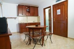 Кухня. Черногория, Петровац : Студия с балконом в 10 метрах от моря