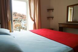 Спальня. Черногория, Петровац : Апартамент с видом на море, 10 метров от пляжа